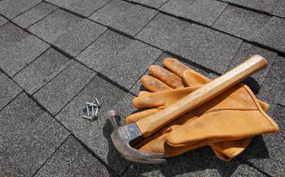 Kiedy zaleca się zastosowanie lekkiego pokrycia dachu?
