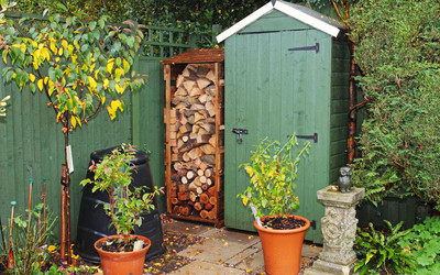 Drewutnia w ogrodzie miejscem składu drewna kominkowego